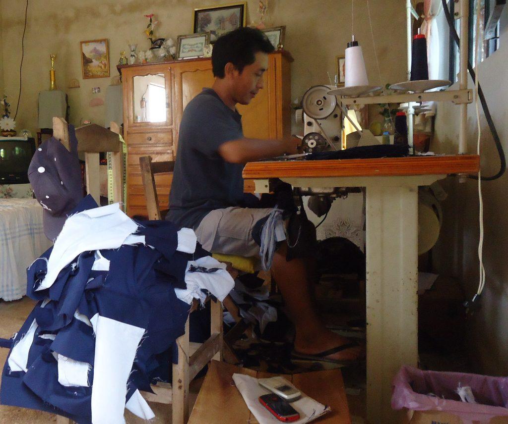 jose en su casa trabajando